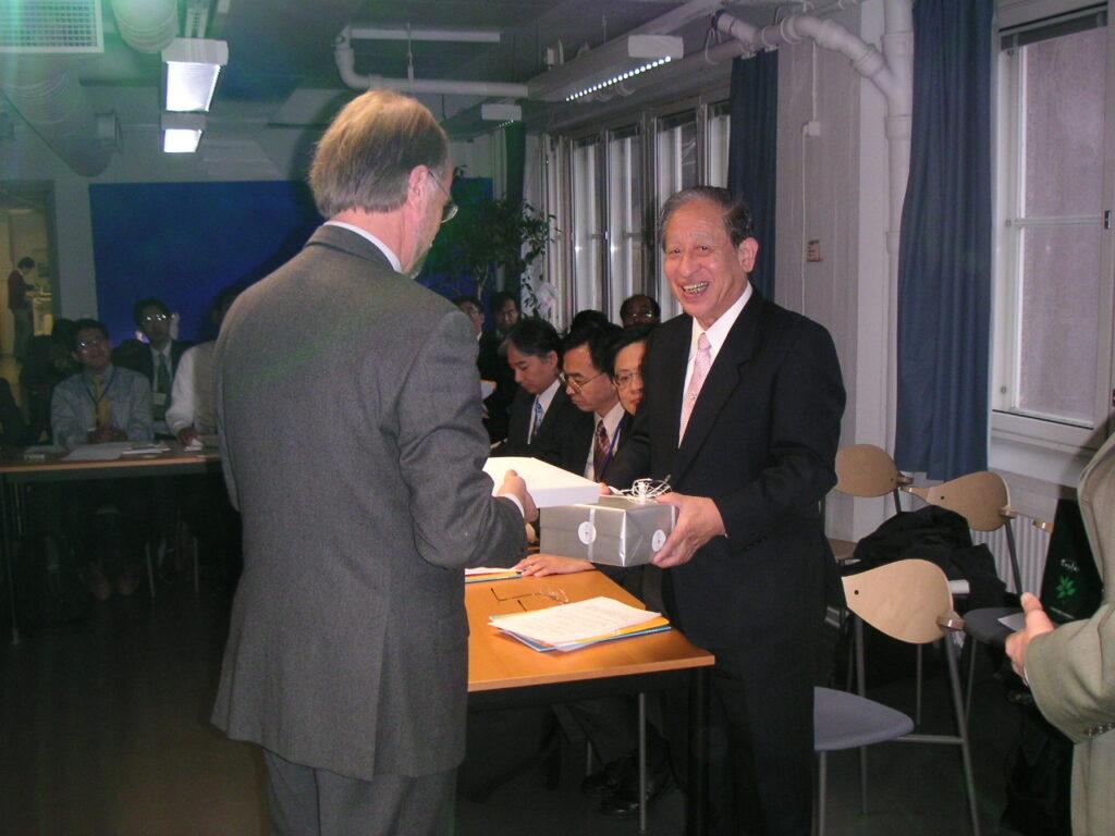 ヘルシンキ芸術デザイン大学を訪れた仙台市市長の一行
